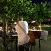 muzikant speelt op een evenement van Café Trappisten