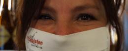 Nancy met een mondmasker